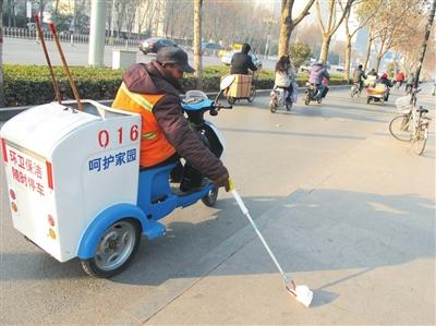 /enpproperty-->  近期,在市内主要道路上,环卫工人配备使用上专用捡垃圾电动三轮环保车。此举不仅减轻了环卫工人的劳动强度,也有效地提高了其拾检垃圾的效率。同时,环保车也成为向广大市民宣传增强环保意识、呵护家园的工具。 记者宋尚勇摄  【责任编辑:王春锐】
