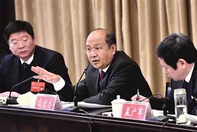 邯郸市委书记高宏志在武安市代表团与代表们一起审议政府工作报告.图片