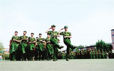 图为市复兴中学学生在操场上进行队列训练.(胡晓华摄)-邯郸市全图片