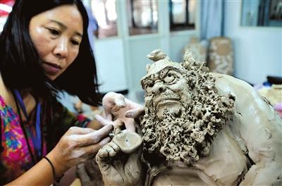 本届技艺大赛分陶瓷绘画,陶瓷雕塑,手拉坯,刻剔花,陶瓷造型设计五类