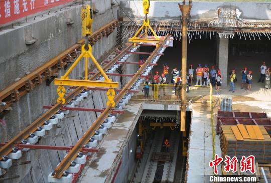 石家庄地铁1号线正线正式开始铺轨