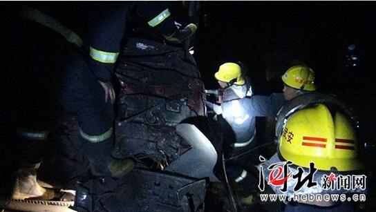 一货车冲入40米深沟致二人被困 邯郸消防紧急救援