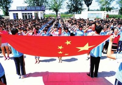 重的永年县第五中学如期开学.图为全体师生开学日在国旗前宣誓.图片